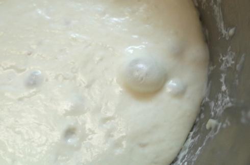 4. 因為水份足和時間長,麵糰出現氣泡絕對是好預兆,證明它有好好呼吸!