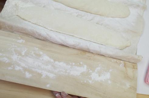 """13. 在木板灑上麵粉,小心將麵團由布袋""""跣""""去木板,要輕力不能讓它漏氣(難度分: 7/10)"""