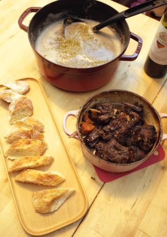 為了配法包做晚餐,我還花了三小時燉紅酒燴牛尾和自己打鮮蘑菇湯!連主食的麵包也親手弄,那滿足感實在太大了。 有一天說不定我會自己去種小麥和磨麵粉!